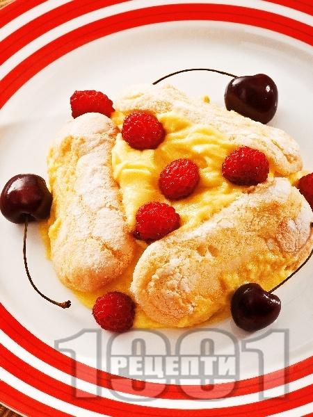 Бишкоти с ванилов крем, череши и малини - снимка на рецептата
